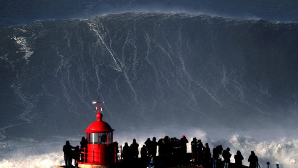 Surfare un'onda alta 35 metri