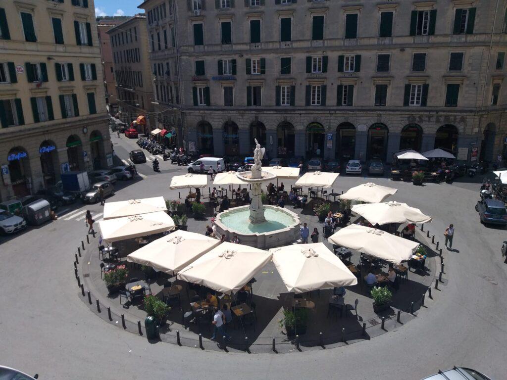 Piazza Colombo, tavolini e ombrelloni per rilanciare Genova