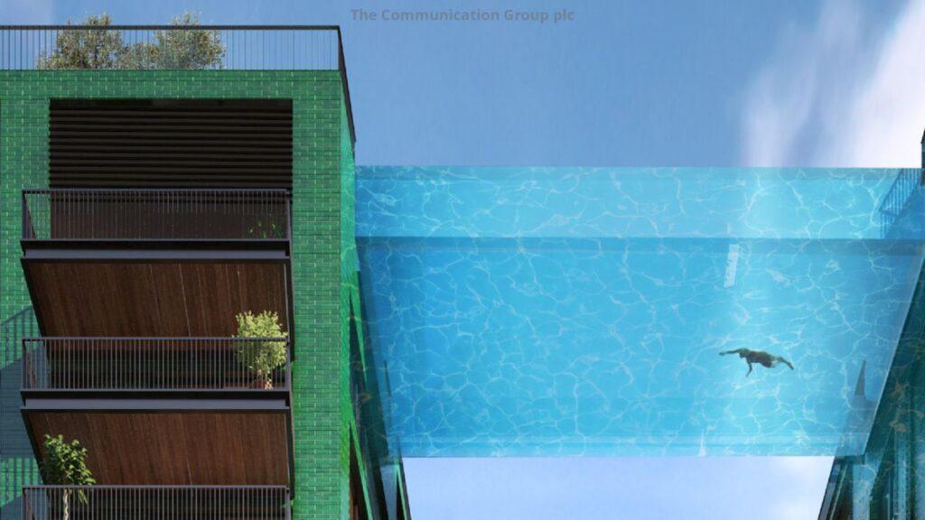Una piscina nel vuoto